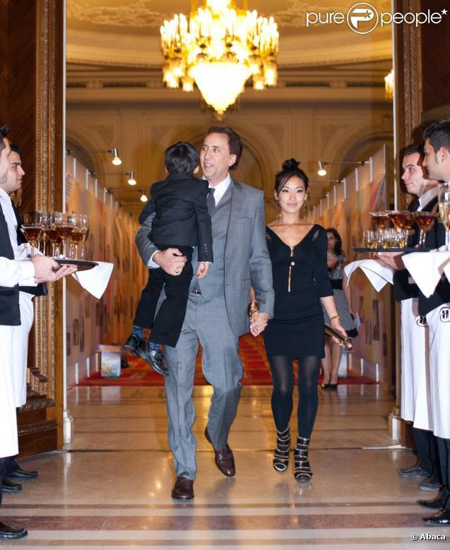 Nicolas Cage avec sa femme Alice Kim et son fils Kal-El, lors d'une soirée d'Halloween organisée au Palais du Parlement, à Bucarest, en Roumanie, le 31 octobre 2010.
