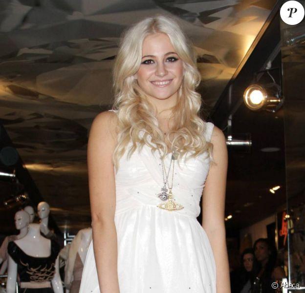 Pixie Lott illumine le centre commercial Lakeside, à Londres, à l'occasion des fêtes de Noël, samedi 20 novembre.