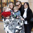 Brooke Mueller accompagnée de ses jumeaux Bob et Max et de ses parents rend visite au Père Noël dans un centre commercial à Los Angeles le 27 novembre 2010