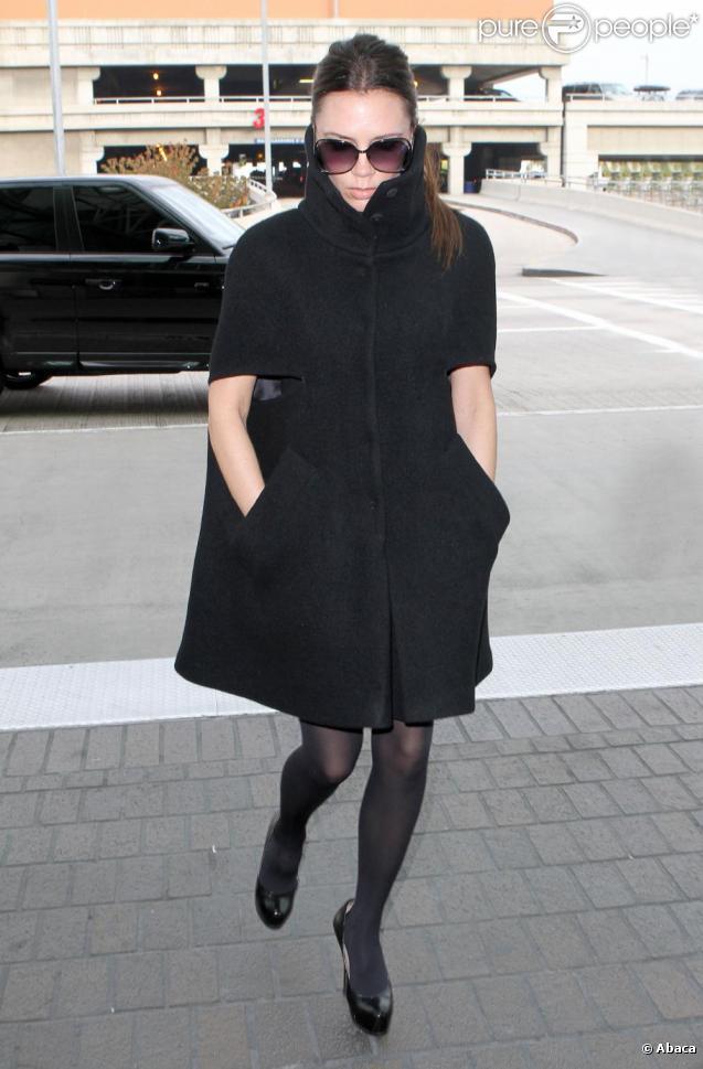 Victoria Beckham dans une cape noire avec un look étudié et total black