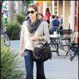 Jessica Alba en casual look mise sur les accessoire pour donner de l'allure à son look un peu triste.
