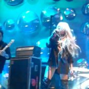 Taylor Momsen : Après avoir montré sa poitrine en concert, elle exhibe le bas !