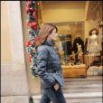 Helena Christensen se promène en jogging baskets dans les rues de Milan le 5 décembre 2010