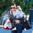 La famille Affleck-Garner réunie... enfin ! Ici Jennifer Garner et Seraphina (12 décembre 2010 à Pacidic Palisades)