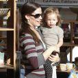 La famille Affleck-Garner enfin réunie : Jennifer et Seraphina trop mimi ! (12 décembre 2010 à Pacific Palisades)