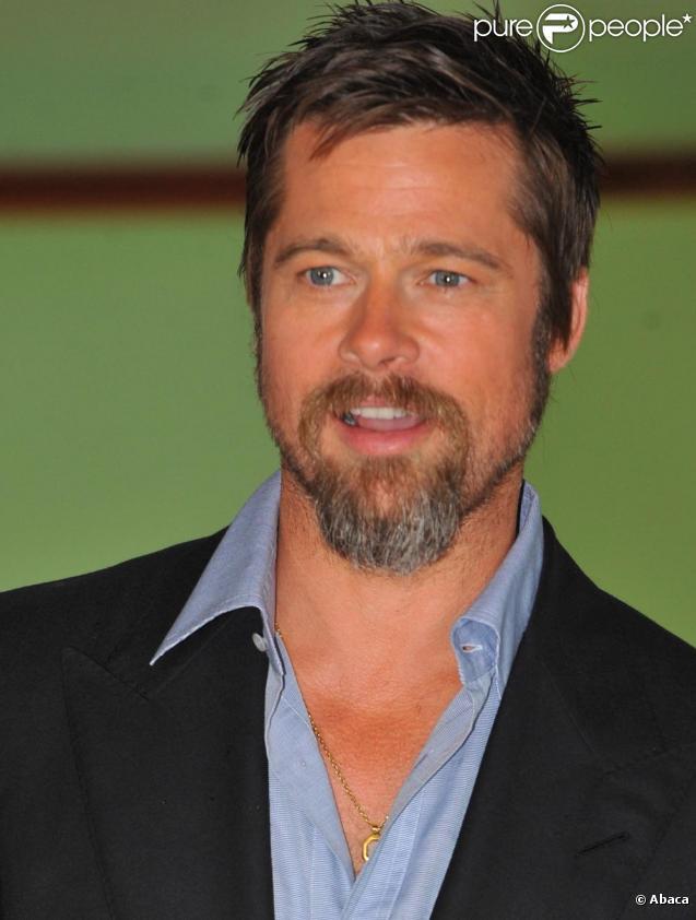 Brad Pitt en chemise ouverte et chaîne en or qui brille