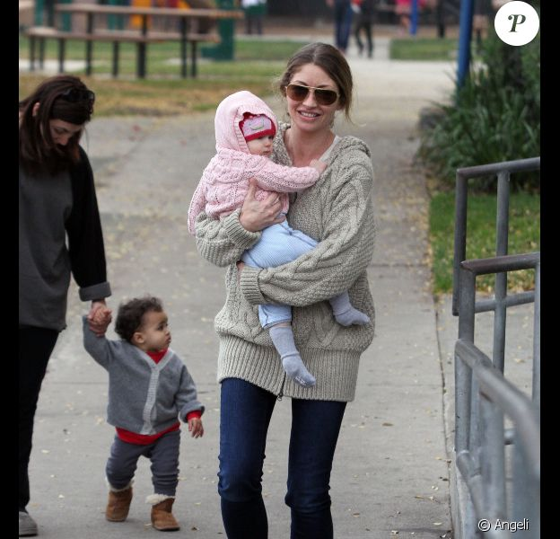 Rebecca Gayheart complice avec sa fille à Beverly Hills, le 14 décembre 2010