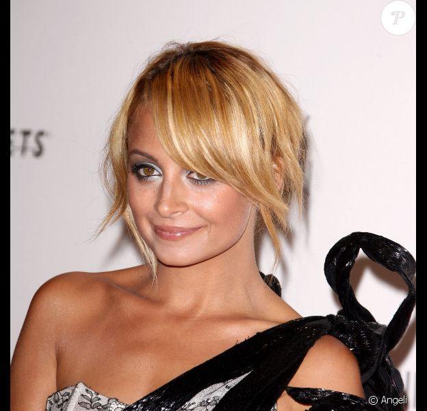 Nicole Richie a choisi un make-up argenté.
