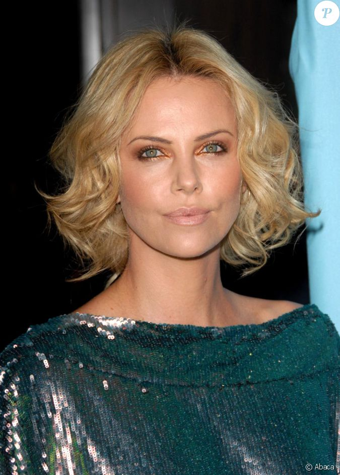 la blonde charlize theron sait mettre ses yeux verts en valeur avec un fard paupi res bronze. Black Bedroom Furniture Sets. Home Design Ideas