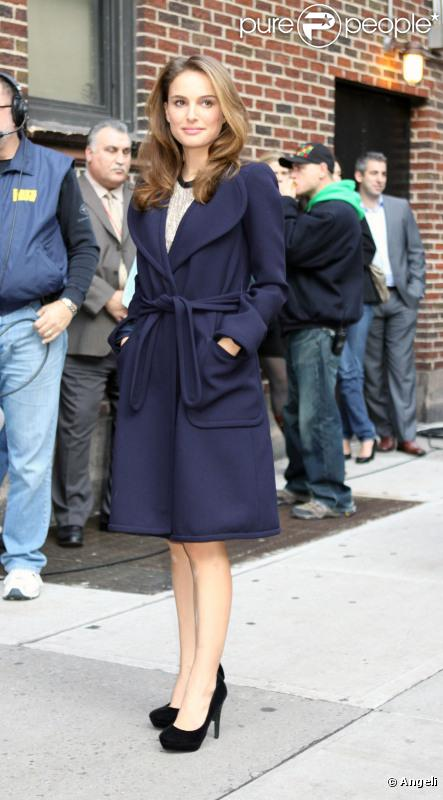 Natalie Portman se protège du froid avec un manteau signé Marc Jacobs à New York, le 22 novembre 2010.