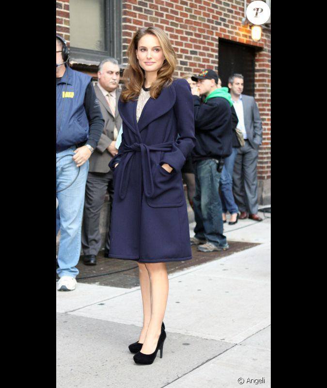 natalie portman se prot ge du froid avec un manteau sign. Black Bedroom Furniture Sets. Home Design Ideas