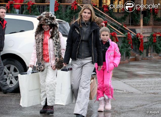 L'actrice Lori Loughlin et ses filles Isabella Rose et Olivia Jade Giannulli font du shopping à Aspen où elles passent leurs vacances de Noël le 21 décembre 2010