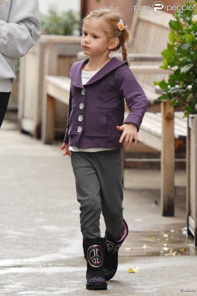 Violet Affleck en promenade avec ses deux filles à Los Angeles (22 décembre 2010)