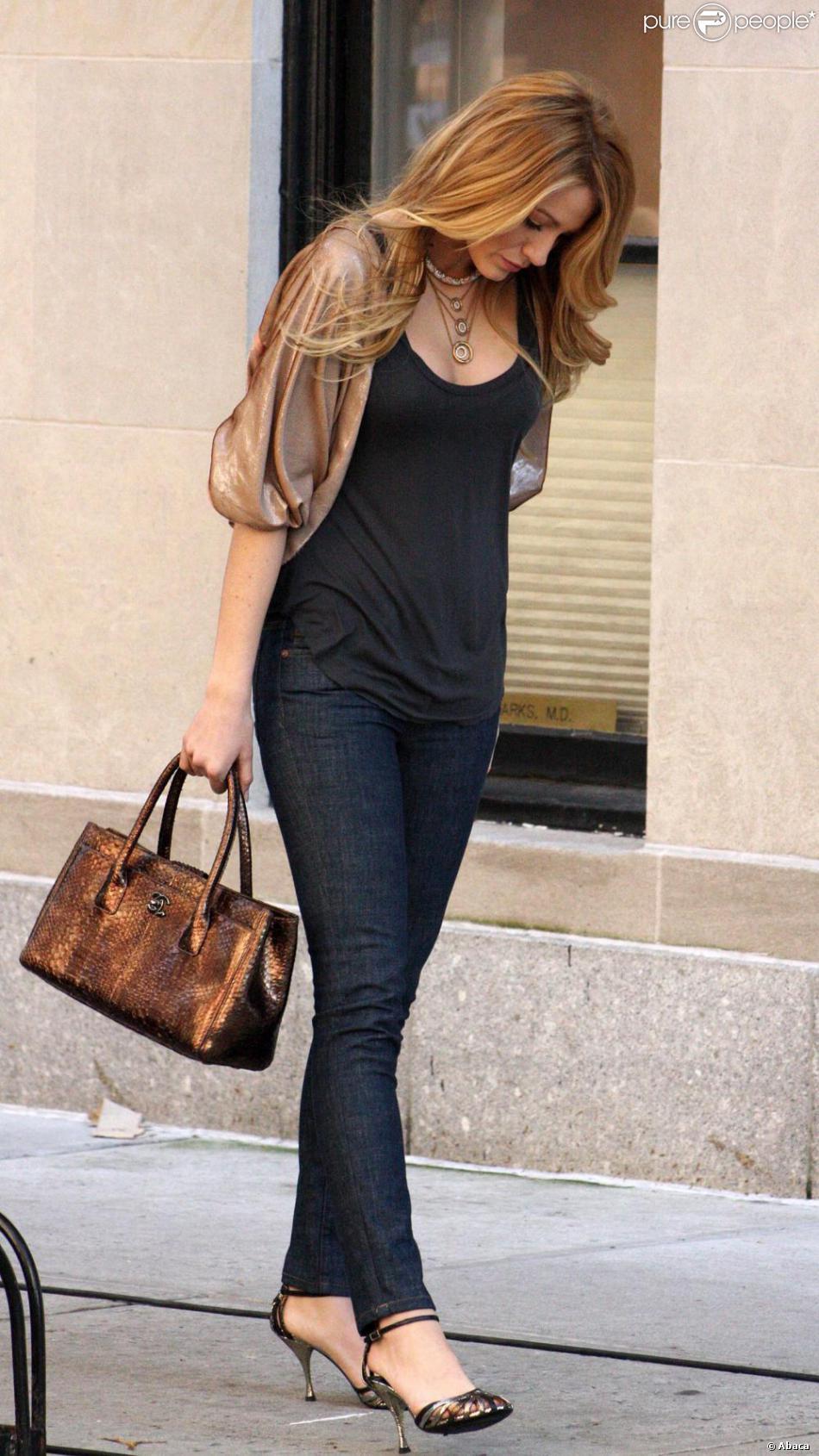 1a46ef3129d0 Blake Lively avec un sac Chanel en 2008 à New York - Purepeople