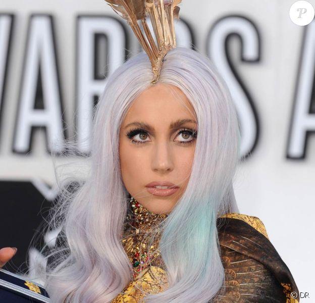 Lady Gaga a profité du premier janvier pour donner, cul nu, des détails sur son prochain album et le single Born this way.