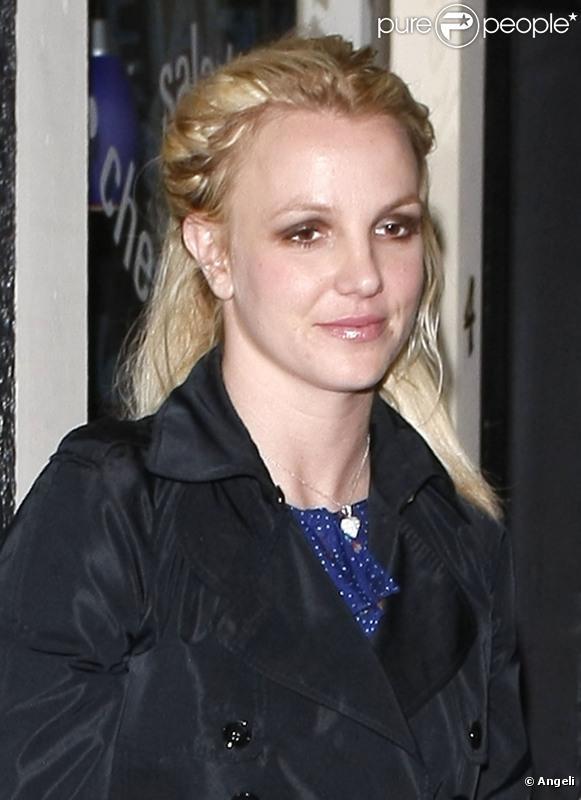 Britney Spears se rend dans un salon de manucure, vendredi 7 janvier, après être allée en studio d'enregistrement pour peaufiner son nouvel album.