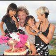 Johnny et Laeticia avec leurs filles Jade et Joy le 3 août 2010 à St Barth