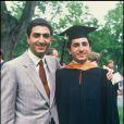 Ali, lors de sa remise de diplôme en 1988, accompagné de son frère Reza.