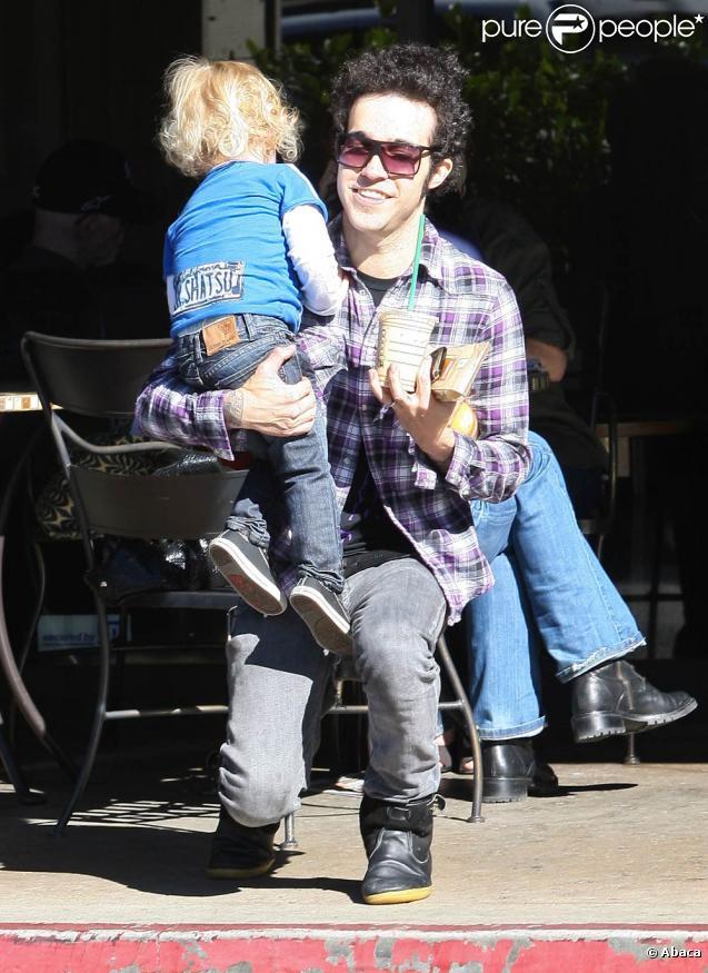 Pete Wentz emmène son petit Bronx chez Starbucks à Beverly Hills, Los Angeles, le 18 janvier 2011