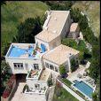 Cette propriété, située dans le quartier de Hollywood Hills, s'étend sur une plus de 8 000 m². C'est là que Brittany Murphy, en décembre 2009, et son époux Simon Monjack, en mai 2010, sont morts.