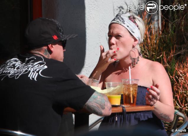 Pink et Carey Hart déjeunent au soleil à Los Angeles le 11 février 2011
