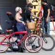Pink et Carey Hart font une promenade à vélo sur Venice Beach à Los Angeles le 11 février 2011