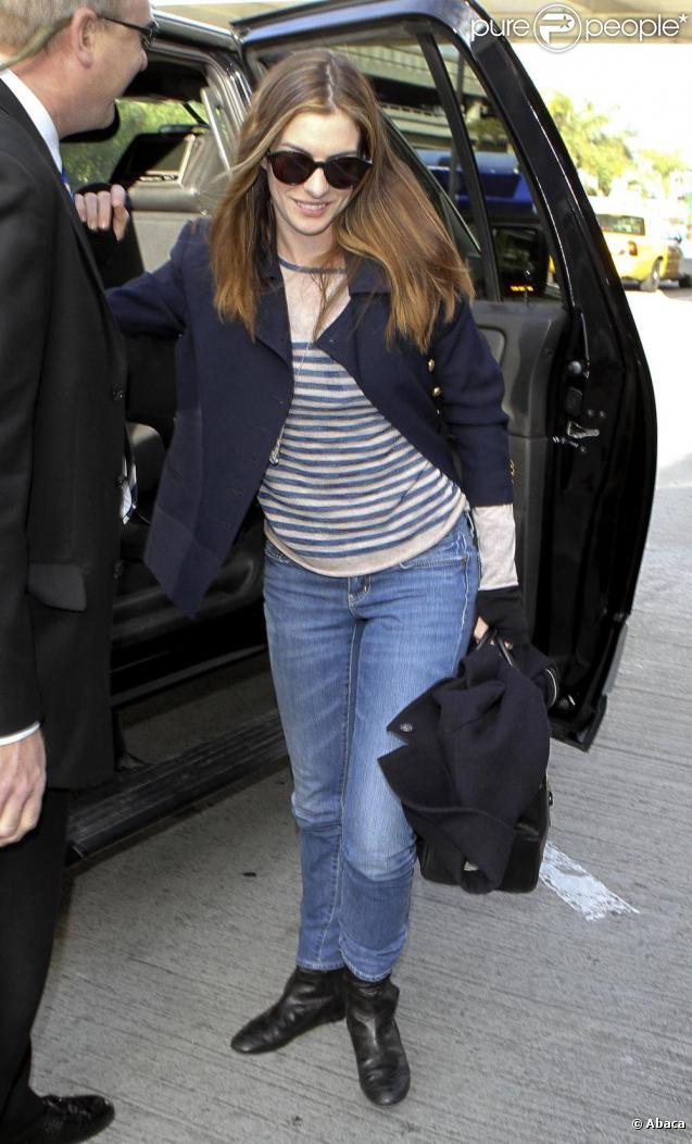 Anne Hathaway à l'aéroport de Los Angeles, LAX, en compagnie de son fiancé Adam Shulman afin de s'envoler vers New York le 1er mars 2011