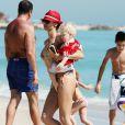 La superbe Lily Becker avec son adorable fils à la plage