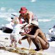 Lilly Becker et son fils Amadeus, en compagnie de la nounou sur la plage à Miami le 8 mars 2011