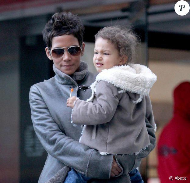 Halle Berry se promène avec sa fille Nahla dans les rues de Manhattan en compagnie de son garde du corps le 7 mars 2011