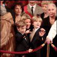 Valérie Hortefeux et ses deux fils lors de la remise de décorations à l'Elysée le 9 mars 2011