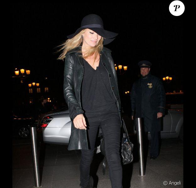 Kate Moss dans un look d'aventurière rock à Paris. Un total look black parfait pour déambuler dans les rues de la capitale