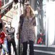 Heidi Klum dans un look seventies associe la longue blouse fleurie au jean évasé. On la copie d'urgence !