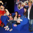 Alain Aflelou et sa famille lors du Festival des moments magiques de Disney au Disneyland Resort Paris à Marne-La-Vallée le 2 avril 2011