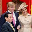 En visite officielle au Vietnam avec son époux le prince héritier Willem-Alexander, du 28 au 31 mars 2011, la princesse Maxima des Pays-Bas a osé tous les looks... A son arrivée à Hanoi, très chic dans son trench beige et bibi assorti.