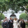 En visite officielle au Vietnam avec son époux le prince héritier Willem-Alexander, du 28 au 31 mars 2011, la princesse Maxima des Pays-Bas a osé tous les looks... Une élégante et simple robe claire pour visiter le Temple de la Littérature...
