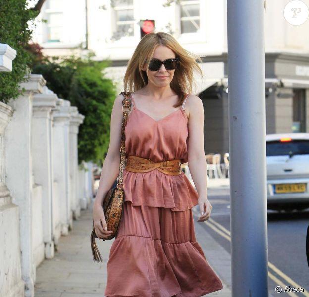 Kylie Minogue en look bohème chic, on valide ! La robe poudrée à volants, les accessoires camel, une savante association de couleurs pour un look au top