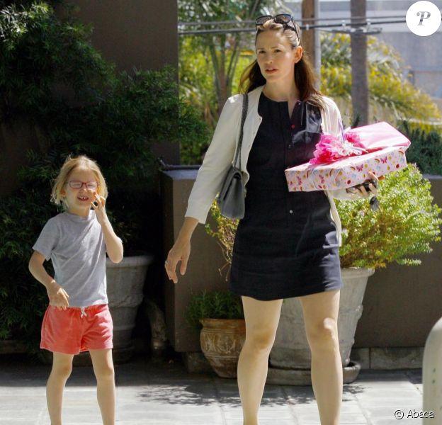 Jennifer Garner accompagne sa fille Violet à un goûter d'anniversaire à Los Angeles, samedi 16 avril.