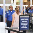 Fergie, à l'aéroport de Los Angeles, se fait fouiller par un agent au sol, lors de son passage au contrôle de sécurité. 17 avril 2011