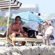 Moment de détente pour l'ex-star de The Hills Jason Wahler en compagnie de sa girlfriend et d'un ami à Miami le 2 avril 2011