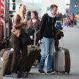 Loana sort du taxi lorsqu'elle arrive à l'aéroport d'Orly avant de s'envoler vers Miami pour le tournage des Anges de la télé-réalité le vendredi 15 avril 2011