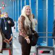 Loana semble très enthousiaste à l'idée de partir lorsqu'elle arrive à l'aéroport d'Orly avant de s'envoler vers Miami pour le tournage des Anges de la télé-réalité le vendredi 15 avril 2011