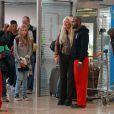 Loana prend la pose avec un fan lorsqu'elle arrive à l'aéroport d'Orly avant de s'envoler vers Miami pour le tournage des Anges de la télé-réalité le vendredi 15 avril 2011