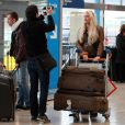 Loana arrive à l'aéroport d'Orly avant de s'envoler vers Miami pour le tournage des Anges de la télé-réalité le vendredi 15 avril 2011