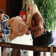 Loana n'a pas oublié sa grosse peluche lorsqu'elle arrive à l'aéroport d'Orly avant de s'envoler vers Miami pour le tournage des Anges de la télé-réalité le vendredi 15 avril 2011