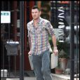 Brian Austin Green transporte des tapis, à Los Angeles, mercredi 13 avril.