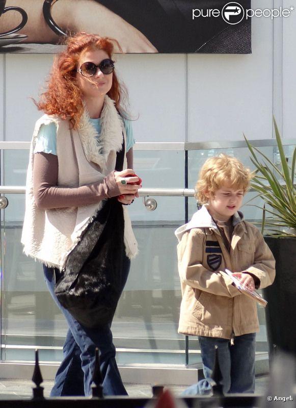 Debra Messing sort au cinéma avec son fils Roman à Century City, en Californie, lundi 25 avril.