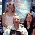 Lily Collins (à gauche) avec son père Phil Collins en 1999