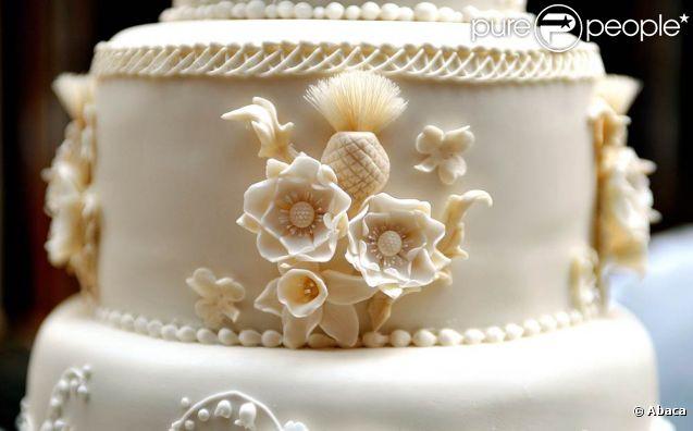 La pâtissière Fiona Cairns a composé le gâteau de mariage selon les suggestions de Catherine Middleton, la mariée. Pièce maîtresse de la réception donnée par la reine à Buckingham, il a été exposé dans la galerie des tableaux, et les mariés l'ont coupé avant de quitter les lieux pour se changer pour la soirée de fête.