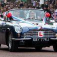 Le prince William et sa femme Catherine ont rallié le palais de Buckingham en landau après la célébration de leur mariage à Westminster. Ils y ont rencontré des dignitaires et ont coupé leur gâteau de mariage monumental, avant de s'éclipser en DB6 Volante pour Clarence House.
